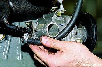 отсоедините патрубки от двигателя