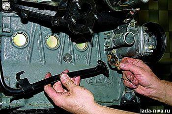 отсоедините трубки и шланги от двигателя