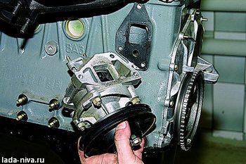 снимите насос охлаждающей жидкости с двигателя