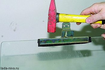установка резиновой прокладки на обоёму стекла двери