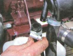 снятие шланга с бачка гидроусилителя